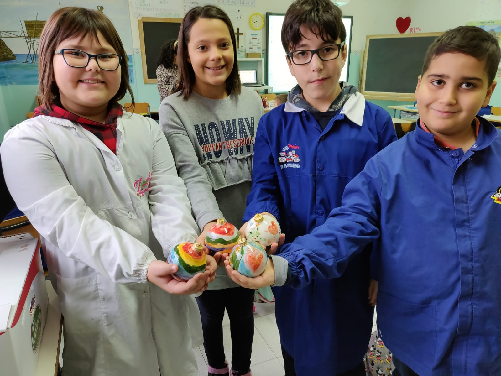 Laboratorio di ceramica per i giovani artisti della Spataro I ragazzi delle quarte A e D alle prese con la decorazione delle palline di Natale di ceramica