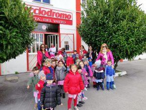 Festa del papà al Bocciodromo I bambini dell'Infanzia Spataro di Vasto festeggiano i papà giocando a bocce