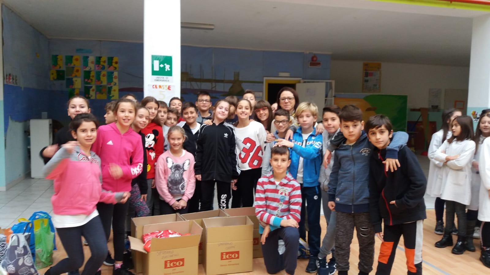 """La colletta alimentare anche alla scuola """"G. Spataro"""" di Vasto  I ragazzi dall'infanzia, alla primaria, alle medie hanno colto il senso della solidarietà e del volontariato."""