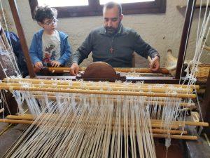 Laboratorio di Tessitura per la Terza C della Spataro al Recinto di Michea. Dalla coltivazione del lino a Scuola alla tessitura per comprendere la storia