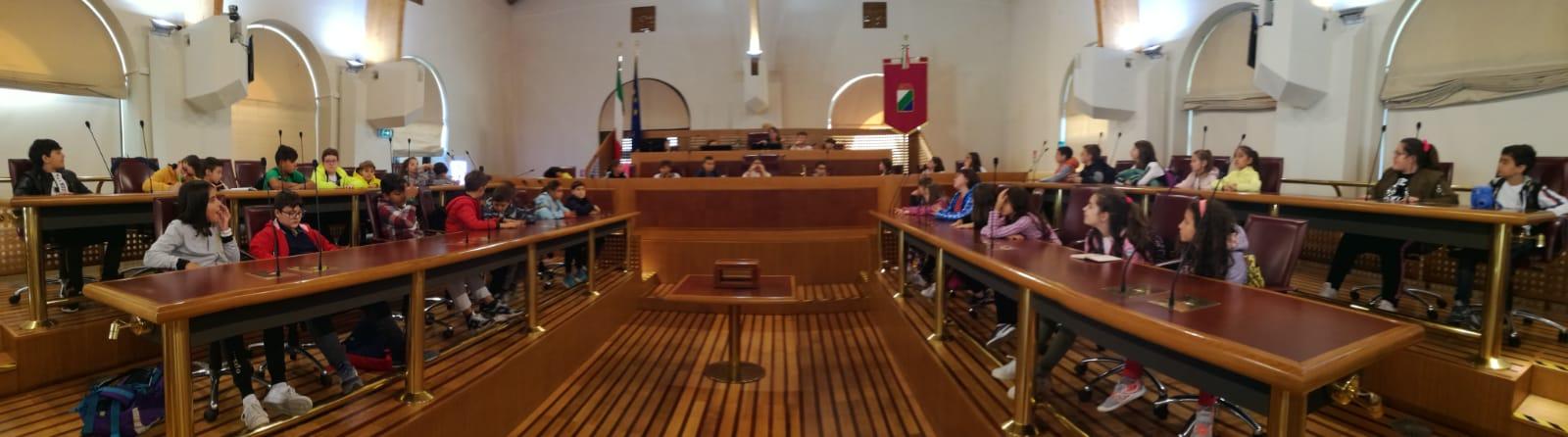 """Le quinte della Scuola Primaria """"G. Spataro"""" al Consiglio Regionale"""