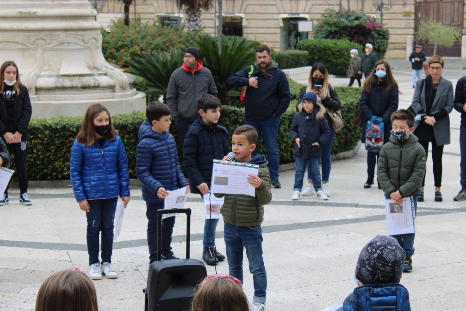 40 bambini delle classi terze della Primaria Spataro protagonisti con un flash mob alla Giornata del Pianeta Terra