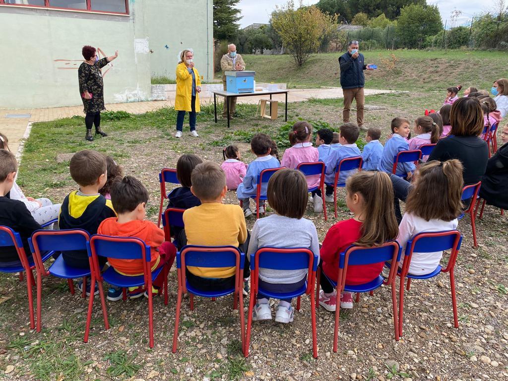 """I bimbi della Scuola dell'Infanzia """"G. Spataro"""" scoprono l'apicoltura con il progetto Biodiversità"""